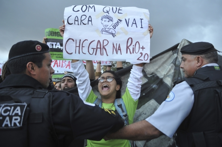 Environmental campaigners outside the Palácio do Planalto, Brasília. Photo by Valter Campanato (Agência Brasil)