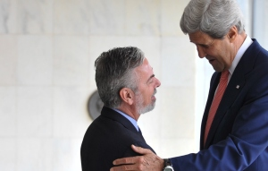 Brazilian Minister for External Relations Antonio Patriota welcomes US Secretary of State John Kerry (right) to Brasília, photo by Antonio Cruz/ABr.